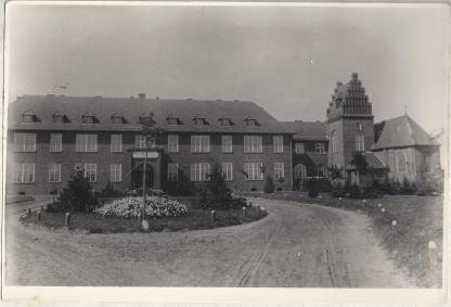 Budynek szpitala Zakładu Serca Jezusowego w Środzie. Widok z  lat 20-tych