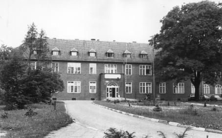 Widok budynku szpitala od ulicy Żwirki i Wigury - około 1980 roku.